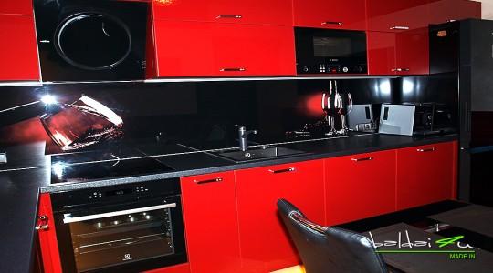 Raudona virtuve, raudoni virtuves baldai, raudona dazyta virtuve