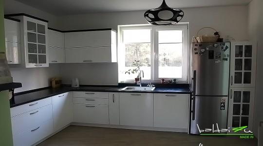 balta virtuve, dazyti baldai