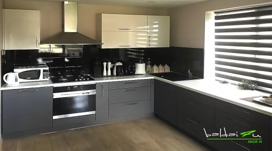 Pilki virtuves baldai