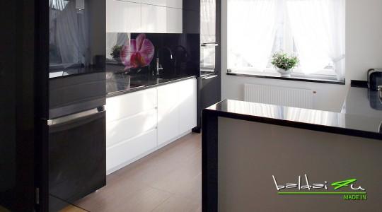 Moderni virtuve, juoda virtuve, juodi virtuves baldai