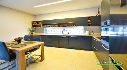 Pilki virtuvės baldai