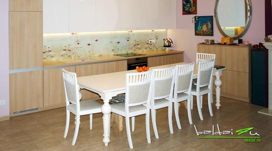 virtuve su stiklo sienele