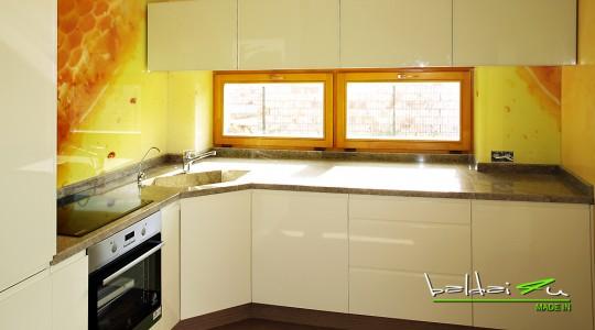 virtuve su laminuotu stiklu