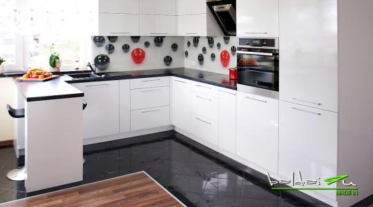 moderni virtuve, dekoruotas stiklas, laminuotas stiklas
